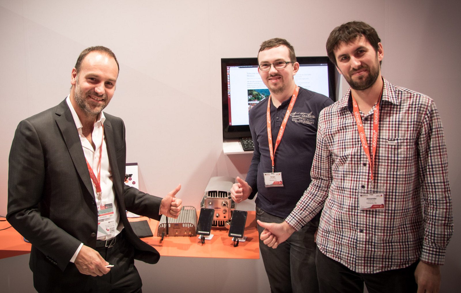 The Ubuntu and Fairwaves demo gets the thumbs-up from Mark Shuttleworth and Alexander Chemeris at Mobile World Congress 2015